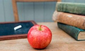 Teachers-apple-on-a-desk--007
